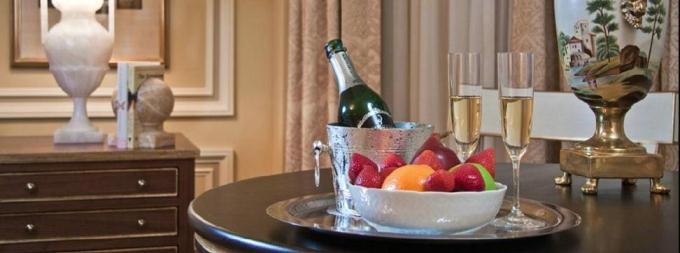 Champagne-and-Fruit-Bowl-Amenity